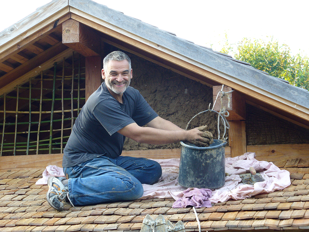 Bau der Lehmwände für das Teehaus
