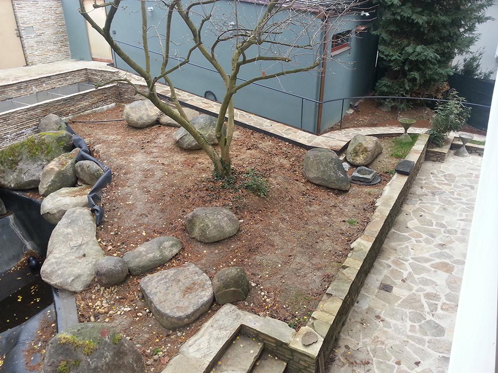 Steinsetzung im Teichgarten
