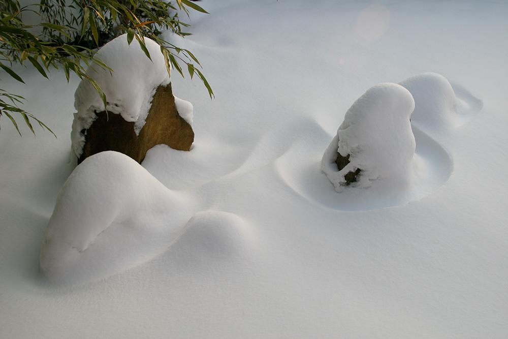 japanischer Zengarten im Schnee