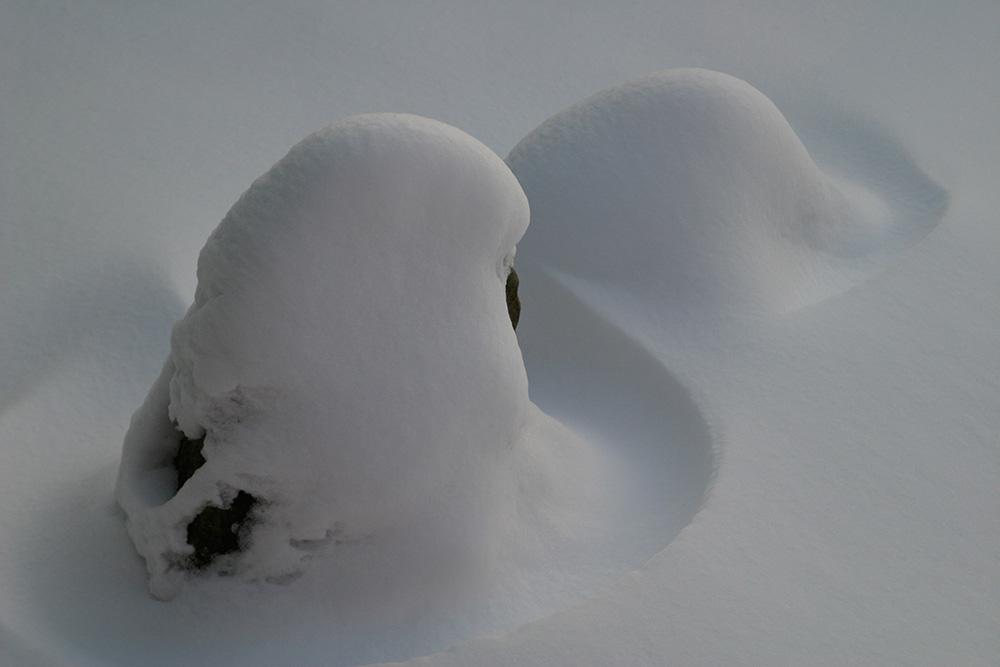 Steinsetzung im Schnee