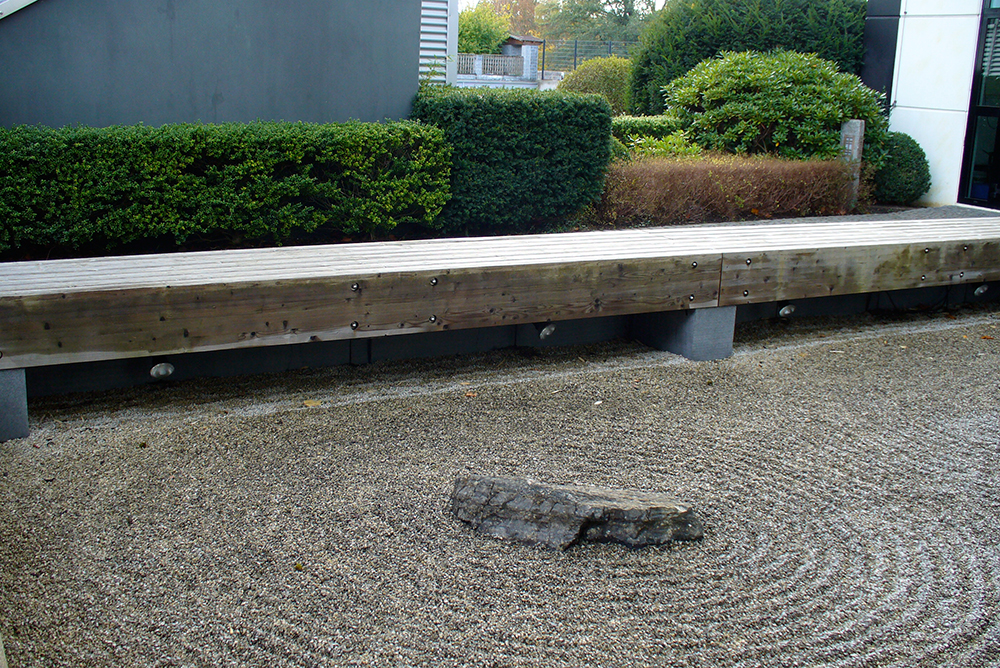 versetzte Hecken hinter japanischem Trockengarten