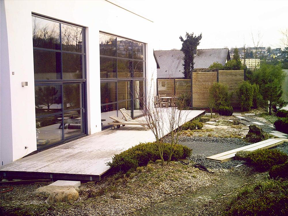 vor der Wohnhalle liegt die riesige Terrasse