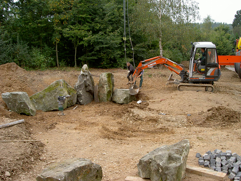 Steinsetzung mit großen Felsen