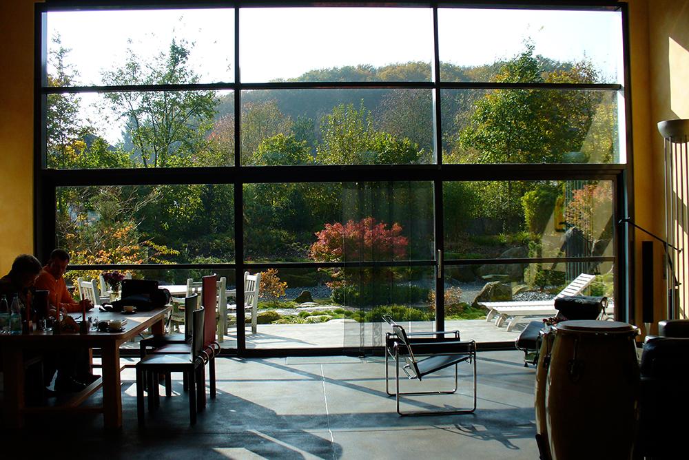 Blick aus der Wohnhalle in den japanischen Garten
