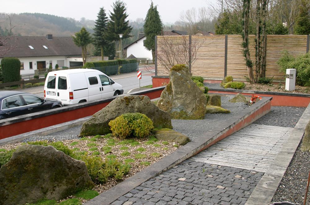 moderne, japanische Gartengestaltung im Vorgarten