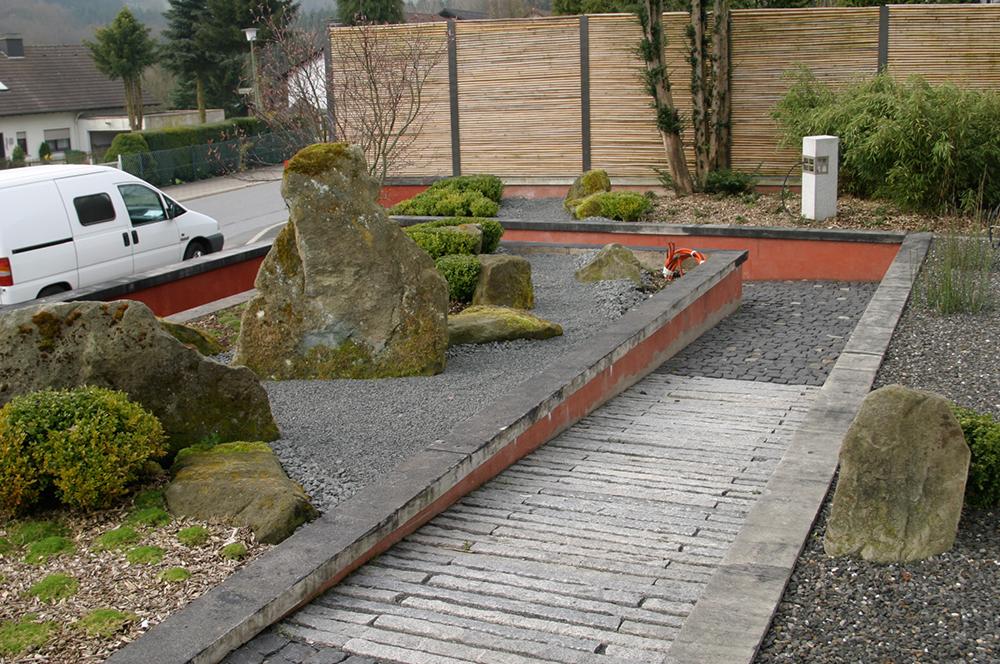 Hochbeet mit japanischer Gartengestaltung