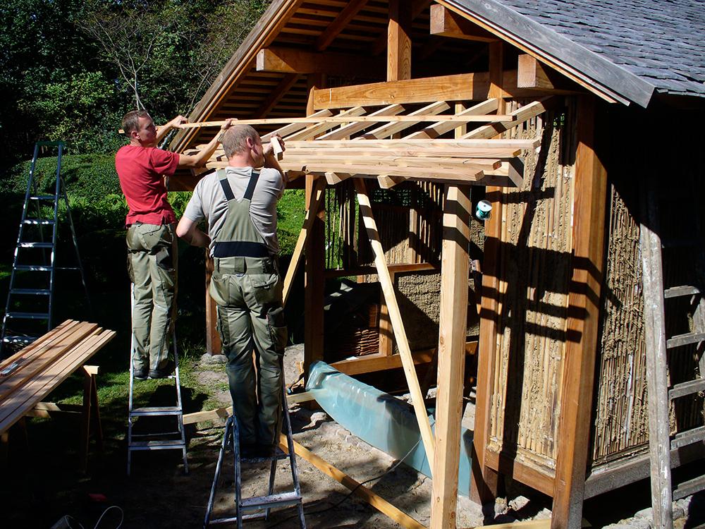 Bau der Vordächer am Teehaus