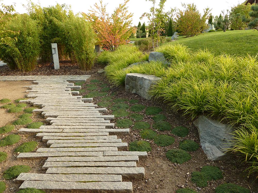 Eingangsweg in den japanischen Garten in Feldberg