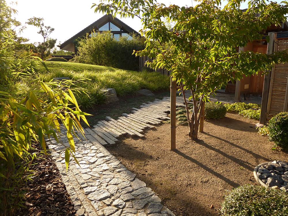 Eingangsweg im japanischer Trockengarten in Feldberg