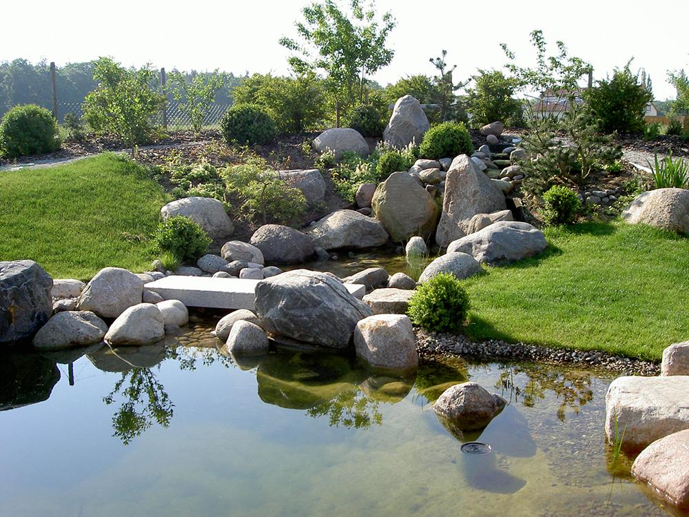 Koiteich mit einer Steinsetzung aus Feldsteinen
