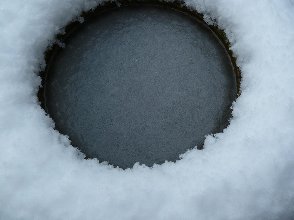 Wasserbecken im Winter